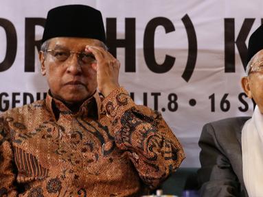 Ketua PBNU Said Aqiel Siradj bersama Cawapres no urut 02 Ma'ruf Amin saat melakukan pertemuan silaturahim di Gedung PBNU, Jakarta, Senin (22/4). Pertemuan tersebut membahas penyampaian gagasan kebangsaan pengurus besar Nahdlatul Ulama. (Liputan6.com/Johan Tallo)