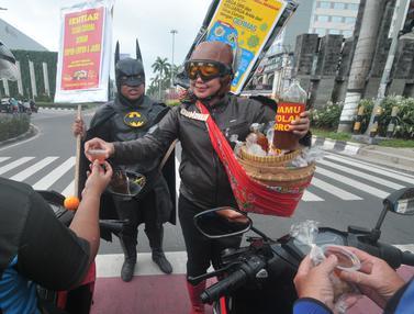 Aksi Superhero Bagi-Bagi Jamu Tangkal Corona