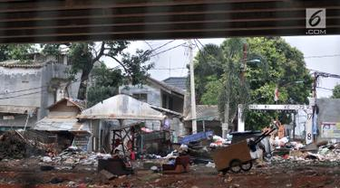 Suasana di kolong jalan Tol Bekasi-Cawang-Kampung Melayu (Becakayu) di kawasan Kalimalang, Rabu (10/4). Minimnya pengawasan dan penertiban pemerintah ditambah adanya tempat pembuangan sampah menyebabkan kolong Tol Becakayu di kawasan tersebut dipenuhi oleh pemulung. (merdeka.com/Iqbal S. Nugroho)