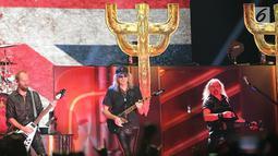 """Basis Judas Priest Ian Hill, Gitaris Andy Sneap dan Glenn Tipton saat konser di Jakarta (7/12). Konser ini merupakan konser penutup dari rangkaian tur konser Judas Priest dari album """"Firepower"""" yang dirilis Maret 2018 lalu. (Fimela.com/Bambang E. Ros)"""