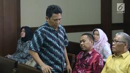 Terdakwa perantara suap proyek pekerjaan pembangunan RSUD Damanhuri, Barabai, TA 2017, Fauzan Rifani jelang sidang putusan di Pengadilan Tipikor, Jakarta, Senin (13/8). Fauzan dijatuhi hukuman 4 tahun 6 bulan penjara. (Liputan6.com/Helmi Fithriansyah)