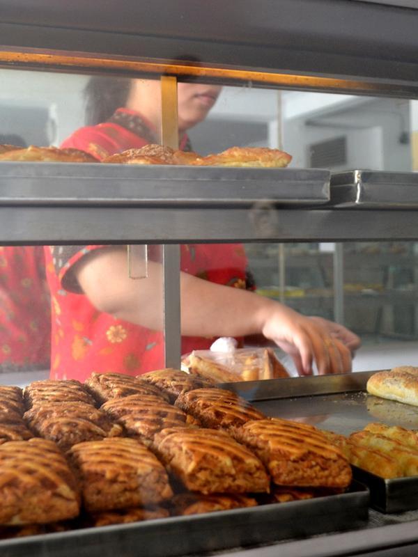 Seorang karyawan Toko roti Go menata roti yang baru saja dientas dari oven. (Foto: Liputan6.com/Muhamad Ridlo)#source%3Dgooglier%2Ecom#https%3A%2F%2Fgooglier%2Ecom%2Fpage%2F%2F10000