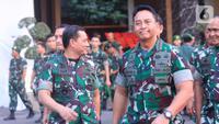 KSAD Jenderal TNI Andika Perkasa berjalan di Mabes TNI AD, Jakarta, Rabu (9/10/2019). (Liputan6.com/Pool/Dispen TNI AD)