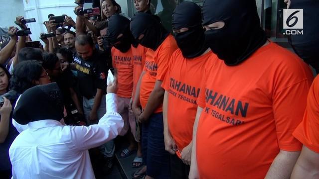 Wali kota Surabaya, Tri Rismaharini mengamuk ke enam pengedar pil Koplo yang ditangkap di Surabaya.