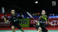 Ganda campuran Indonesia, Hafiz Faizal/Gloria Emanuelle Widjaja mengembalikan kok ke arah Ricky Karandasuwardi/Debby Susanto pada 8 besar Indonesia Open 2018 di Istora GBK, Jakarta, Jumat (6/7). Hafiz/Gloria unggul. (Liputan6.com/Helmi Fithriansyah)
