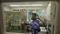 Uji laboratorium bukan dilakukan di rumah sakit, melainkan di Badan Penelitian dan Pengembangan Kesehatan (Badan Litbangkes).