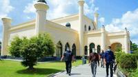 Gubernur Riau Syamsuar berkunjung ke Istana Siak sebagai destinasi wisata di Riau. (Liputan6.com/Istimewa)