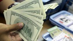 Penguatan nilai tukar rupiah terhadap dollar terkait pelantikan Presiden Joko Widodo tida hari   lalu, Jakarta, Kamis (23/10/2014) (Liputan6.com/Johan Tallo)