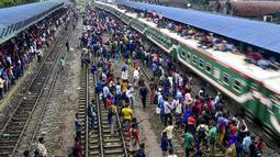 Ratusan pemudik bersiap menaiki sebuah kereta yang atapnya telah penuh sesak oleh penumpang untuk menuju kampung halaman di Dhaka, Bangladesh pada 4 Juni 2019. Sebagaimana terjadi di Indonesia, masyarakat Bangladesh pun memiliki tradisi mudik saat Idul Fitri. (MUNIR UZ ZAMAN/AFP)