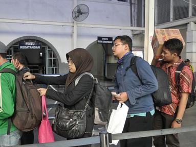 Petugas memeriksa tiket penumpang Kereta Api di Stasiun Senen, Jakarta, Jumat (9/9). Jelang libur panjang Hari Raya Idul Adha tiket Kereta reguler dan tambahan yang disiapkan PT Kereta Api Indonesia (KAI) telah habis terjual. (Liputan6.com/Yoppy Renato)