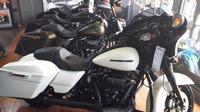 Sederet motor Harley Davidson yang dipajang di showroom Anak Elang Kelapa Gading