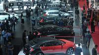 Pengunjung memadati salah satu stand kendaraan yang dipamerkan pada Indonesia International Motor Show 2018 di JIExpo, Jakarta, Kamis (19/4). IIMS 2018 diselenggarakan hingga 29 April mendatang. (Liputan6.com/Helmi Fithriansyah)