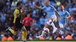 Bek Manchester City, Angelino, mengontrol bola saat melawan Watford pada laga Premier League di Stadion Etihad, Manchester, Sabtu (21/9). City menang 8-0 dari Watford. (AFP/Oli Scarff)
