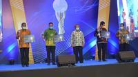 Mewakili Menteri ESDM Arifin Tasrif, Sekretaris Jenderal Kementerian ESDM Ego Syahrial menerima anugerah Bhumandala Kanaka dan Bhumandala Kencana di ajang Bhumandala Award yang diselenggarakan Badan Informasi Geospasial (BIG). (Dok Kementerian ESDM)