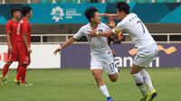 Selebrasi pesepak bola Korea Selatan Lee Seungwoo (kiri) dan Son Heung Min pada Babak Putra Semifinal Asian Games 2018 di Stadion Pakan Sari, Bogor, Rabu (29/8). ANTARA FOTO/INASGOC/Hery Sudewo/Sup/18