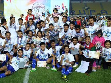 Pesepakbola Jawa Barat melakukan selebrasi juara PON XIX 2016 usai menumbangkan Sulawesi Selatan di laga final di Stadion Si Jalak Harupat, Kab Bandung, Rabu (28/9). Jabar unggul lewat adu penalti 5-4. (Liputan6.com/Helmi Fithriansyah)