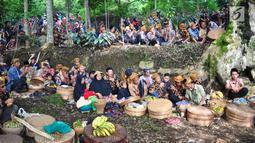 Warga memanjatkan doa saat mengikuti Sadranan Rejeban Plabengan di Lereng Gunung Sumbing, Temanggung, Jawa Tengah, Jumat (22/3). Dalam tradisi ini warga menggelar doa dan makan bersama di makam sesepuh. (Liputan6.com/Gholib)
