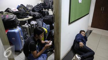 Tumpukan tas dan koper warga Myanmar di Bareskrim Mabes Polri, Jakarta, Rabu (5/8/2015). Sebanyak 45 warga negara Myanmar dievakuasi dari hotel fiducia yang diduga menjadi korban perdagangan orang di Ambon. (Liputan6.com/Faizal Fanani)