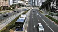 Bus Transjakarta saat melintas di Jalan Sudirman, Jakarta, Minggu (2/8/2020). PT Transjakarta akan menambah armada sebanyak 155 mengantisipasi lonjakan pelanggan saat diberlakukan kebijakan ganjil genap di sejumlah ruas jalan utama Jakarta pada Senin, 3 Agustus 2020. (merdeka.com/Iqbal Nugroho)