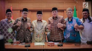 Ketua Umum PBNU Said Aqil Siradj (tiga kiri) foto bersama dengan sejumlah pengurus lainnya usai konferensi pers terkait Pemilu 2019 di Kantor PBNU, Jakarta, Senin (15/4). PBNU mengimbau masyarakat tak Golput dalam Pemilu 2019. (Liputan6.com/Faizal Fanani)