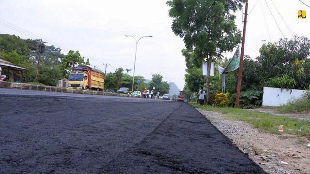 Pada 2020 penggunaan  Aspal Buton (Asbuton) dilakukan pada jalan sepanjang 793 km yang tersebar di 25 provinsi di Indonesia, dengan volume kebutuhan sekitar 42 ribu ton. (Dok Kementerian PUPR)