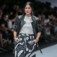 """Aktris Dian Sastrowardoyo mengenakan busana bertajuk Cotton Ink x Dian Sastro pada Jakarta Fashion Week 2019 hari ke-5 di Senayan City, Rabu (24/10). """"COTTONINK"""" mempersembahkan sejumlah rancangan dari beberapa artis. (Liputan6.com/Faizal Fanani)"""