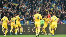 Striker Ukraina, Andriy Yarmolenko (ketiga kanan) berselebrasi bersama rekan-rekannya usai mencetak gol ke gawang Portugal pada pertandingan Grup B Kualifikasi Piala Eropa 2020 di Stadion NSK Olympiyskiy (15/10/2019). Ukraina menang tipis atas Portugal 2-1. (AFP Photo/Genya Savilov)