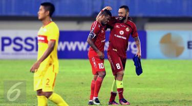 Pemain Semen Padang, Marcel Sacramento (kanan) dan Vendry Mofu, masuk daftar top scorer Piala Presiden 2017.