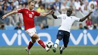 Gelandang Denmark, Christian Eriksen, berebut bola dengan gelandang Prancis, N'Golo Kante, pada laga grup C Piala Dunia di Stadion Luzhniki, Moskow, Selasa (26/6/2018). Kedua negara bermain imbang 0-0. (AP/David Vincent)