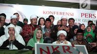 Putri Gus Dur, Yenny Wahid (dua kiri) saat konferensi pers Konsorsium Kader Gus Dur di Jakarta, Rabu (26/9). Sebelumnya, pasangan Jokowi-Maruf Amin dan Prabowo-Sandiaga mendatangi Yenny untuk meminta dukungan. (Liputan6.com/Herman Zakharia)