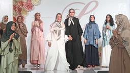 Aktris Laudya Cynthia Bella bersama Chintami Atmanagara dan model saat launching hijab Lacelove by Laudya Cynthia Bella di kawasan Sudirman, Jakarta, Selasa (31/10). Bella memamerkan rancangannya sebanyak 22 hijab. (Liputan6.com/Herman Zakharia)