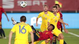 Pemain Spanyol, Ansu Fati, melakukan tendangan salto saat melawan Ukraina pada laga UEFA Nations League Estadio Alfredo Di Stefano, Senin (7/9/2020). Spanyol menang 4-0 atas Ukraina. (AP Photo/Bernat Armangue)