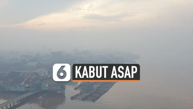 Kebakaran hutan dan lahan di Kalimantan picu asap pekat selimuti kota Pontianak. Senin (1/3) kabut asap ganggu jarak pandang nakhoda kapal di sungai Kapuas.