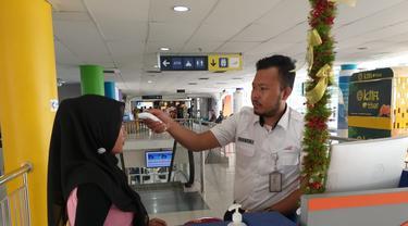 Petugas di Stasiun Medan gunakan thermometer infrared ke penumpang