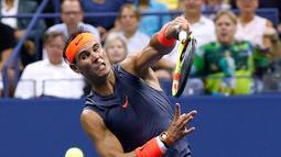 Petenis Spanyol, Rafael Nadal menggembalikan bola Dominic Thiem dari Austria saat bertanding pada perempat final turnamen AS Terbuka di New York, AS, (5/9). Nadal menang atas Dominic Thiem 0-6, 6-4, 7-5, 6-7 (4-7), 7-6 (7-5). (AP Photo/Jason DeCrow)