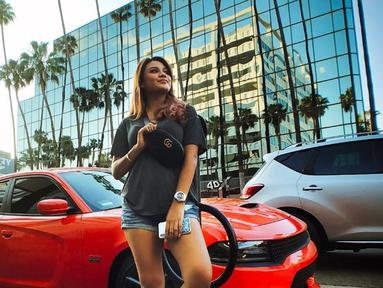 Putri dari Anang Hermansyah dan Krisdayanti ini memang dikenal sebagai sosok feminin yang menyukai riasan dan busana anggun. Namun, Ia juga kerapkali mengenakan busana kasual di beberapa kesempatan. Salah satunya kaos abu-abu disertai celana jeans pendek. (Liputan6.com/Instagram/@aurelie.hermansyah)