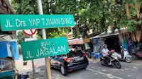 Nama tokoh keturunan Tionghoa yang menjadi anggota BPUPKi, Yap Tjwan Bing diabadikan menjada nama salah satu jalan di Kota Solo.(Liputan6.com/Fajar Abrori)