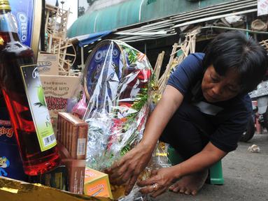 Pedagang merangkai parcel Lebaran di kawasan Cikini, Jakarta, Selasa (7/7/2015). Menjelang Lebaran,  penjualan parcel yang biasanya meningkat justru mengalami penurunan. (Liputan6.com/Herman Zakharia)