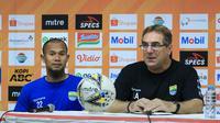Bek Persib, Supardi Nasir, dan pelatih Robert Alberts. (Bola.com/Erwin Snaz)