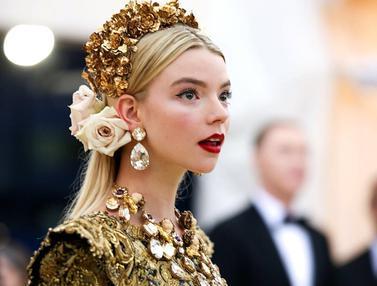 FOTO: Gaya Anya Taylor-Joy Pakai Outfit Bertema Bunga, Bak Putri Kerajaan