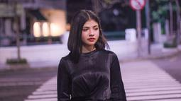 Kali ini, wanita asal Surabaya ini memilih mengenakan kaus panjang berwarna hitam. Penampilannya yang keren ini berhasil membuat penggemarnya terpesona. Selain itu, penampilannya dalam mengenakan busana juga bisa menjadi panutan. (Liputan6.com/IG/@sarafajira)