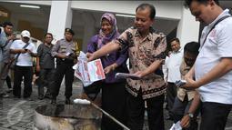 Sumarno menjelaskan, kerusakan surat suara terjadi karena beberapa hal, di antaranya yakni potongan yang tidak simetris dan kondisi surat suara yang robek, Jakarta, Selasa (18/4). (Liputan6.com/Helmi Afandi)
