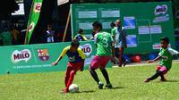 Anak-anak U-12 di Makassar tampak serius dalam bermain di MILO Football Championship 2017 regional Makassar. (Bola.com/Istimewa)