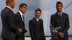 Saat menghadiri acara pengundian grup Liga Champions di Monaco, Luis Suarez bercanda dengan Leo Messi dengan mencoba menggigit striker Argentina tersebut. Beruntung Messi bisa menghidar dari gigitan Suarez.