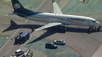 Pesawat yang menghantam truk di Bandara Los Angeles (LAX). (Eyewitness/Twitter)
