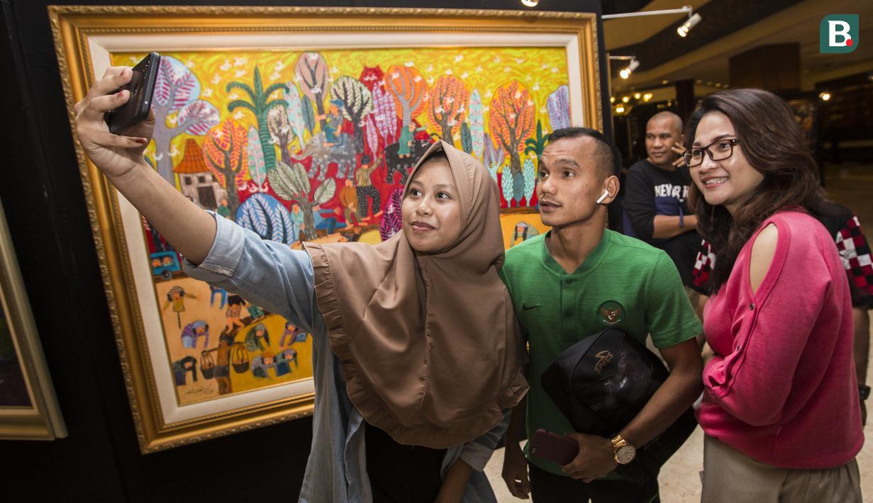 Pemain Timnas Indonesia, Riko Simanjuntak, selfie bersama suporter saat tiba di Hotel Sultan, Jakarta, Selasa (13/11). Indonesia menang 3-1 atas Timor Leste pada laga Piala AFF 2018. (Bola.com/Vitalis Yogi Trisna)