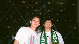 Bahkan saat tur film Yowis Ben 2, Jojo membawa syal bertuliskan ' Persebaya Selamanya'. Syal tersebut dipakai Jojo saat menghadiri beberapa bioskop dan saat manggung bersama grup band Yowis Ben. (Liputan6.com/IG/@jojosuherman)