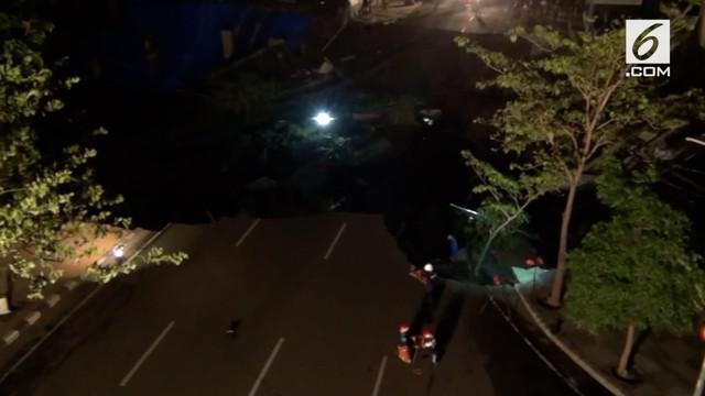 Jalan Gubeng Kota Surabaya, Jawa Timur tepatnya di sekitar RS Siloam atau dekat BNI Gubeng arah Jalan Sumatera, Selasa malam, mendadak ambles sedalam sekitar 8 meter dengan panjang 25 meter.