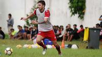Gelandang Arema, Pavel Smolyachenko ingin kompetisi segera dimulai. (Bola.com/Iwan Setiawan)