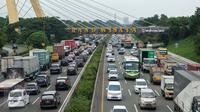 Suasana arus lalu lintas yang terlihat padat di dua arah Tol Jakarta-Cikampek, Bekasi, Sabtu (25/3). Kemacetan arah tol Cikampek- Jakarta disebabkan imbas penyempitan jalan lantaran adanya proyek pembangunan LRT. (Liputan6.com/Gempur M. Surya)
